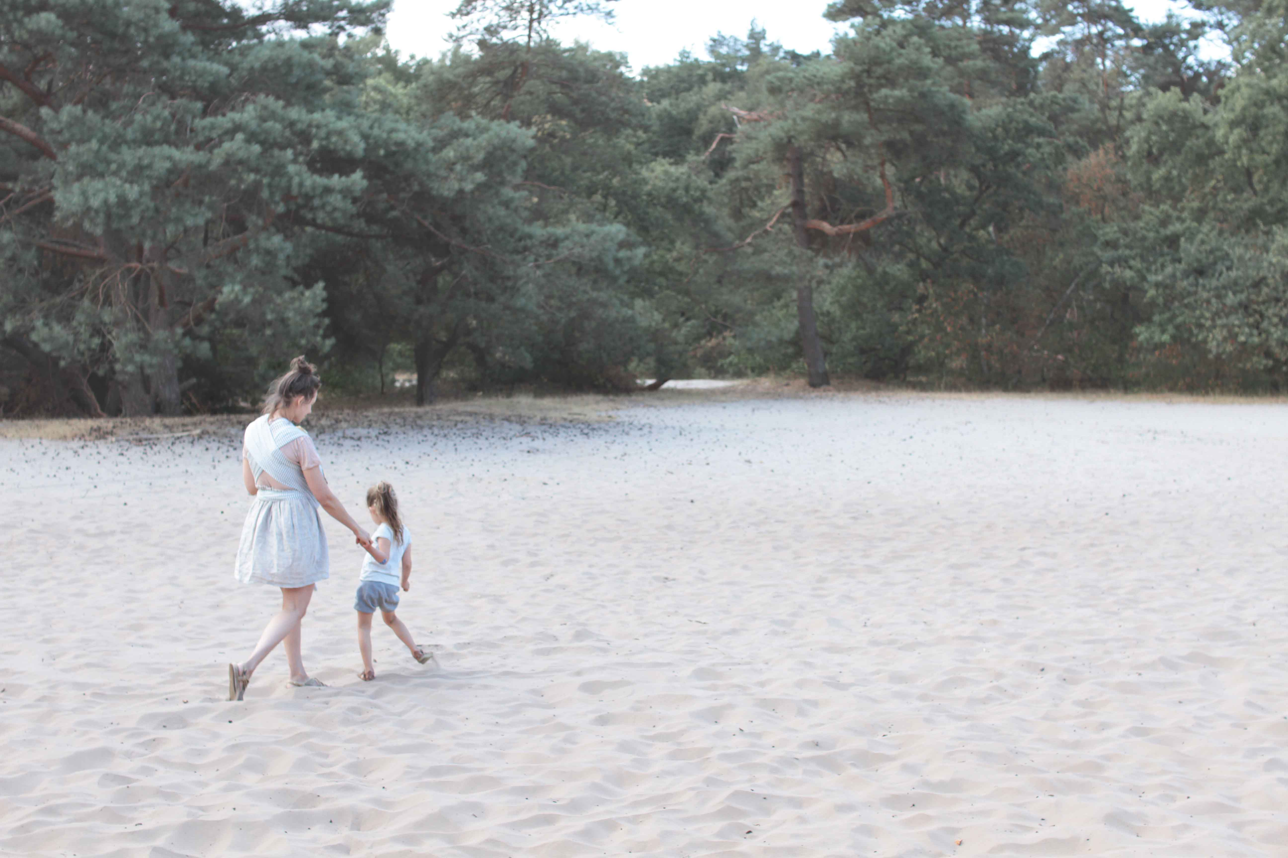 natural mama with child in woods lifestylefotografie lifestylephotography by kyra de vreeze